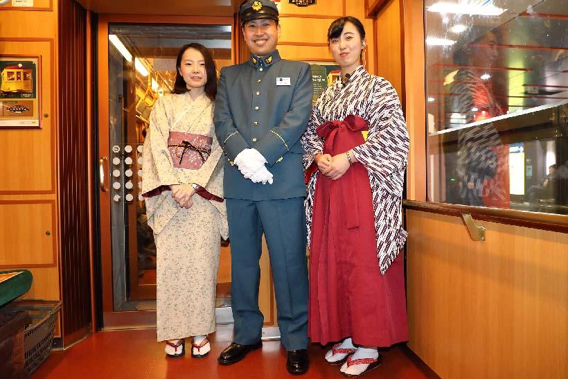 ↑運転士と車掌はレプリカ制服を着て乗務。臨時列車では当時の乗客の服装を再現した添乗員も同乗してイベントを盛り上げた