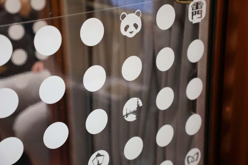 ↑各車両を隔てるガラス戸にはパンダや雷門など、銀座線に縁が深いイラストシールが貼られていた