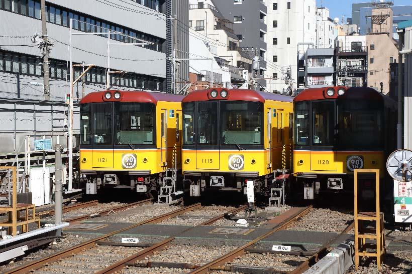 ↑イベント列車内から見た上野検車区内の留置線。ビルに囲まれた車両基地であることがよくわかる。1000系には90周年のステッカーが貼られている