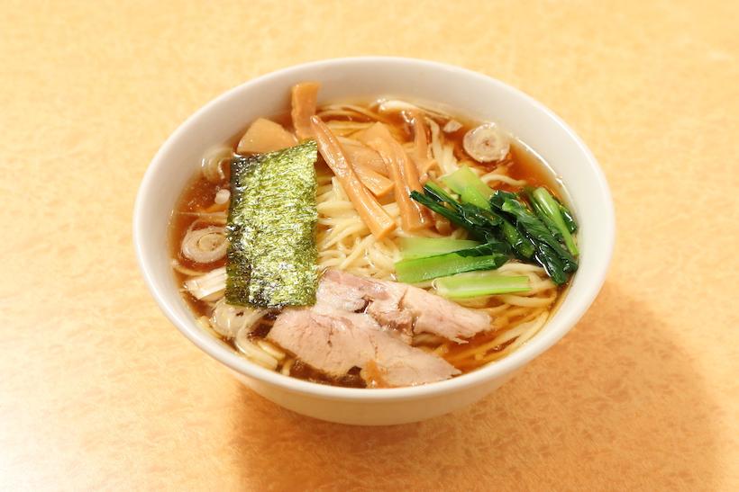 ↑らーめん(550円)醤油・平打ち麺。魚介を使わない鶏ガラ、豚骨のシンプルなスープは、麺の風味を邪魔しない絶妙な味の濃さ。一般的なラーメンの倍近くの麺量でこの価格とは驚きだ