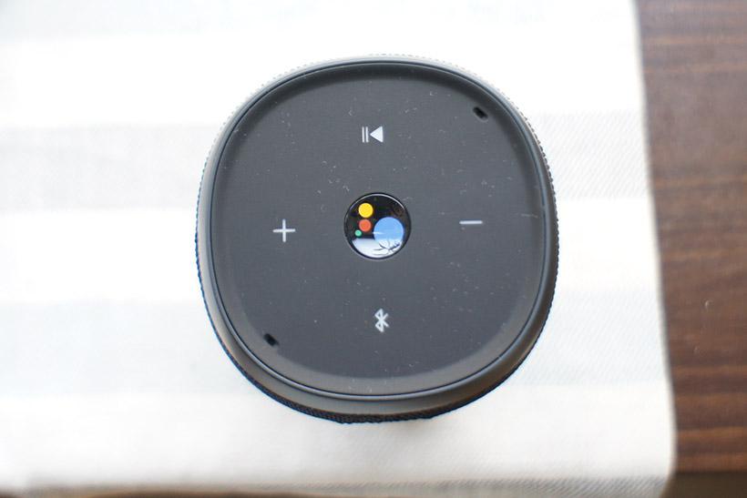 ↑上部には操作ボタンを備えるものの、音声操作だけでほぼ事足ります