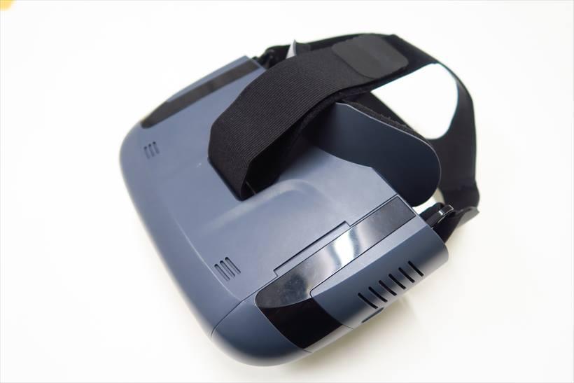 ↑Lenovo ミラージュ ARヘッドセットの重さは470g。充電式で、なかにスマホをセットして使う