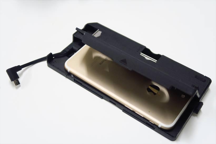 ↑本体からトレイを取り出し、スマホを正しくセットする。USBケーブルは3種類付属するので、自分のスマホに合ったものを選ぼう