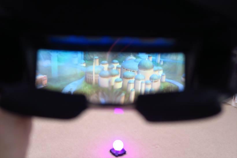 ↑ヘッドセットのなかはこんな感じ。実際の背景の上にホログラムで映像が浮かび上がって見える
