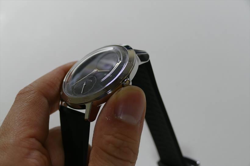 ↑右サイドに位置するシンプルなリューズは、ディスプレイを操作するボタンになっている