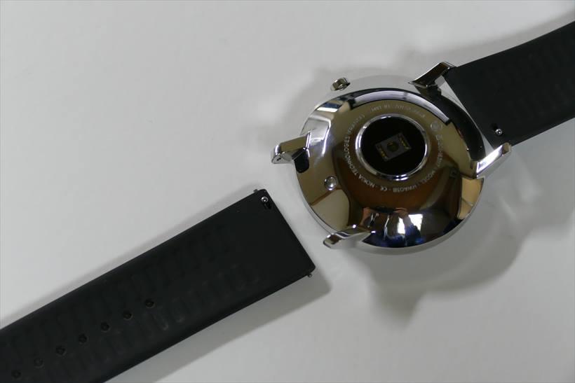 ↑バンドはピンで固定するタイプなので、取り外しに工具は不要。40mmモデルなら20mm幅のバンドと付け替えられそうだ
