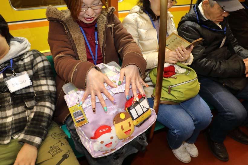 ↑東京・東村山から参加した銀座線大好きのR.Uさん。ネイルは左の小指から路線が生まれた順にラインカラーが施されていた。バックほか地下鉄ファンらしき小物がすごい