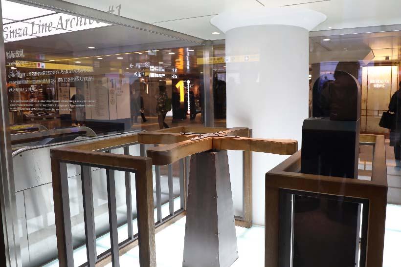 ↑上野駅の改札口横には開業時に使われた木製の回転式改札口(レプリカ)が展示されている。木製バーを身体で押しつつ改札機にコインを投下して入場した