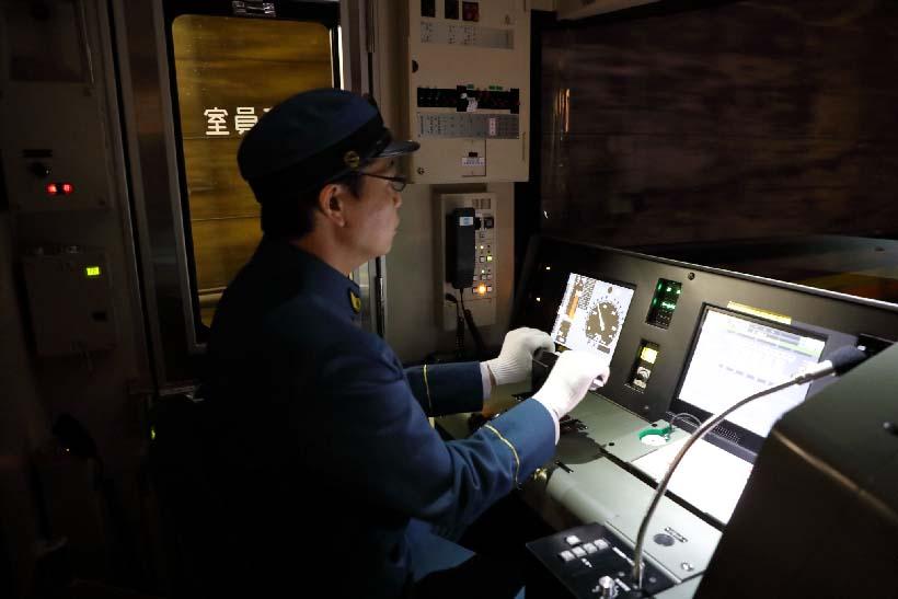 ↑イベント列車の運転士も復刻版の制服を着用。旧萬世橋駅など幻の駅付近ではできるだけ速度を落として運転された
