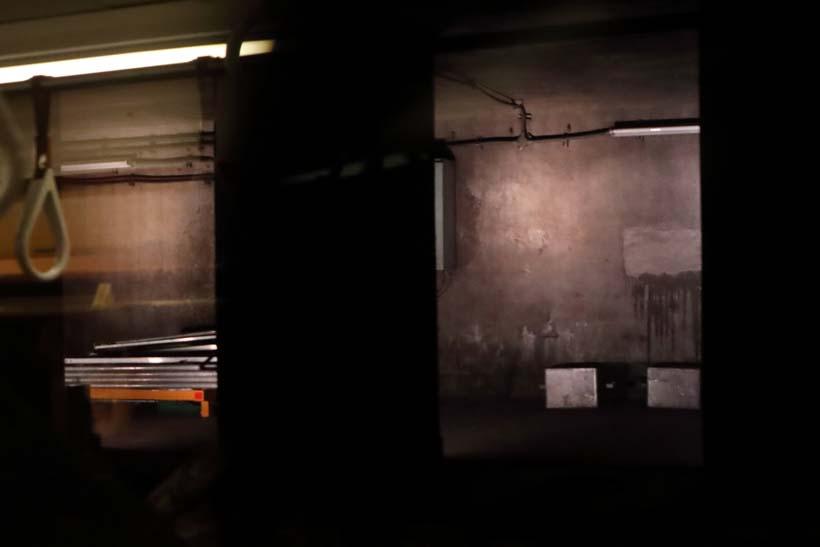 ↑イベント列車からライトアップされた旧萬世橋駅を望む。旧駅ホームは資材置き場となっている