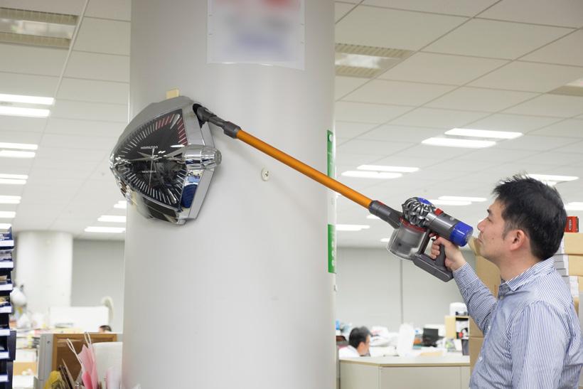 ↑延長管の先にコンビネーションノズルを付け替えると、こんな高いところまでラクにお掃除できます