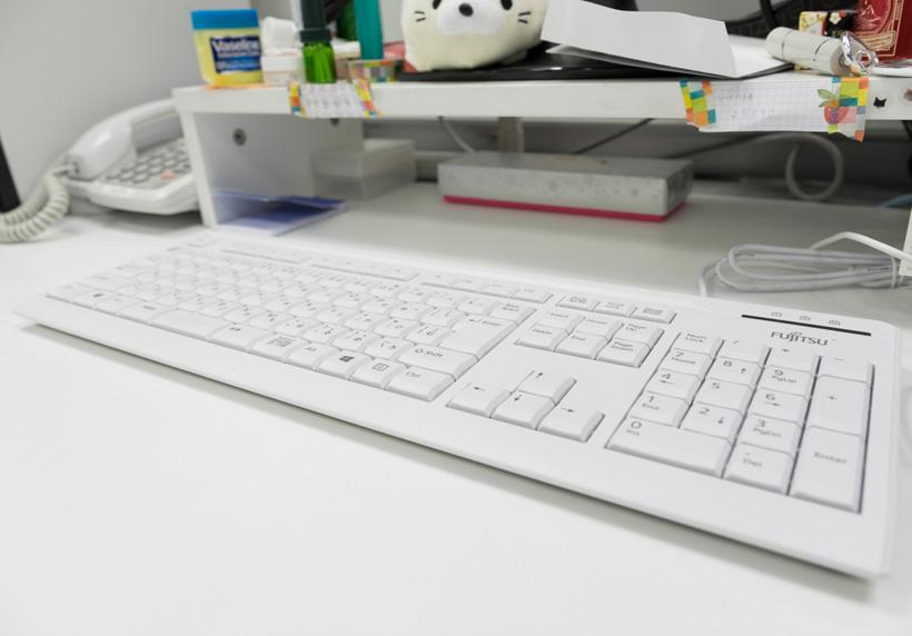 ↑コンビネーションノズルでお掃除すると、デスク上の白さが増した印象に。のちにデスクの主に感想を求めると、「確かにキレイになりましたけど、勝手に掃除するのはやめてくださいね」と真顔でお答え