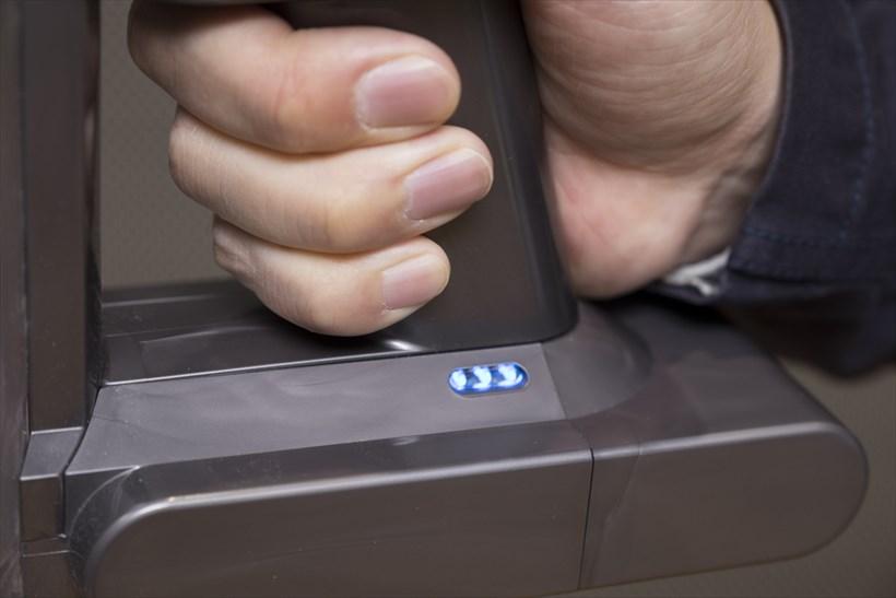 ↑V8に搭載されたLEDライト。バッテリーが減るにつれて、3つあるランプが1つずつ減っていきます。