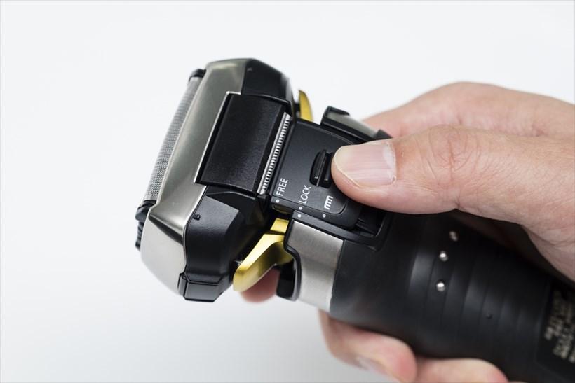 ↑本体背面、ヘッド下のノブを押しながら、「LOCK」と書かれたマークを外側の「●」マークと同じ位置にくるまで押し上げると、ヘッドが固定されます