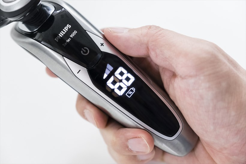 ↑ON/OFFスイッチの左右の「+/-」のボタンでヒゲ剃り強度を3段階調節できます。普段使いに最適な「ノーマルモード」のほか、敏感肌の人に最適な「センシティブモード」、素早くシェービングしたい人向けの「ハイスピードモード」が搭載されています