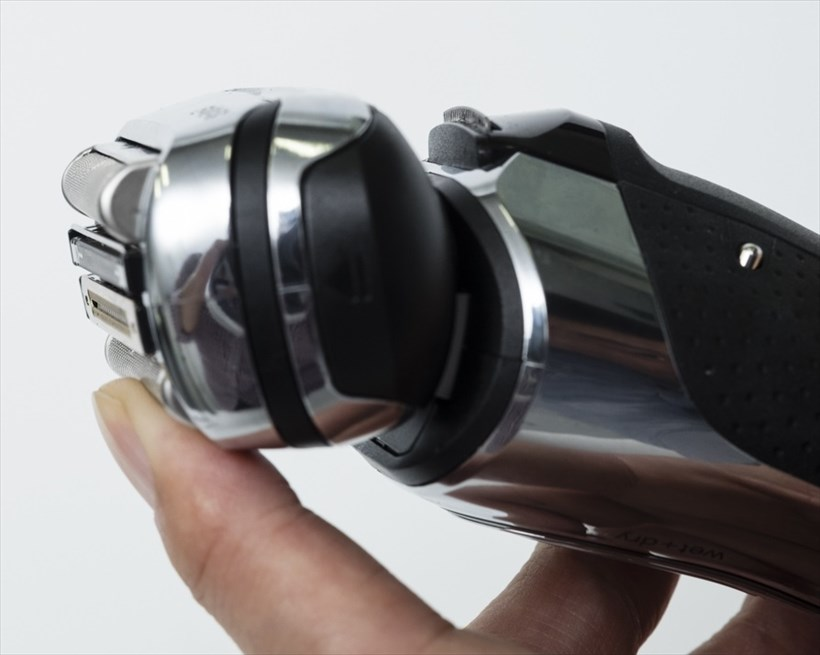 ↑ヘッド部の外刃を押し込むと3mmほど沈み込みます。見た目にもパナソニックの2倍程度沈み込んでいるように見えます