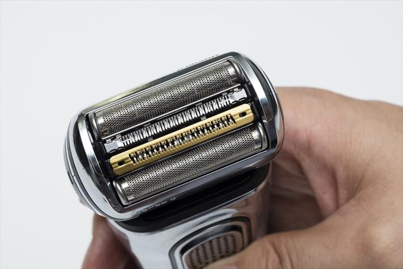 ↑2つの網刃の間に挟まれた部分が「人工知能デュアル連動刃」。2つの刃が連動して効率よくヒゲを剃ります