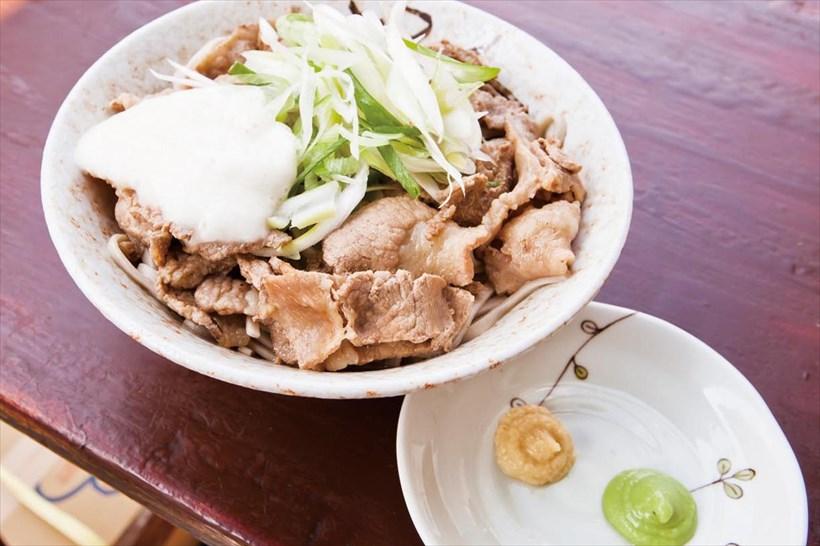 ↑冷やし肉そば(430円)にとろろ(50円)をトッピング。わさびやおろししょうがをつければ、味の変化も楽しめる