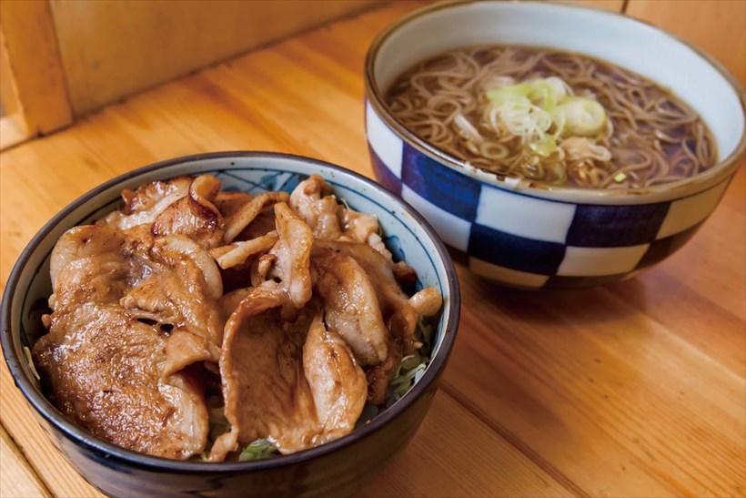 ↑生姜焼き丼セット(660)。生姜焼き丼はワインだれに漬けた豚肉の深い味わいが魅力。かけそば付きで量も大満足だ