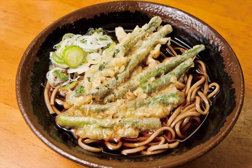 ↑「インゲン天そば」(400円)はいんげんをいかだ状に並べて揚げた天ぷらをトッピング。いんげんの豊かな香りが◎