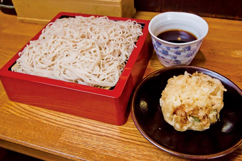 ↑天もりそば(490円)。色白で美しいそばは、細麺で長くても切れないコシがある。かき揚げは絶妙な火の通り加減でクリーミーな食感