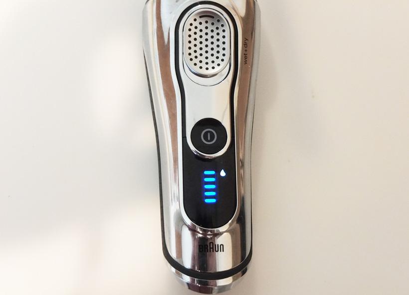 ↑シェーバーの液晶に、しずくマークが点灯したら洗浄のタイミングです