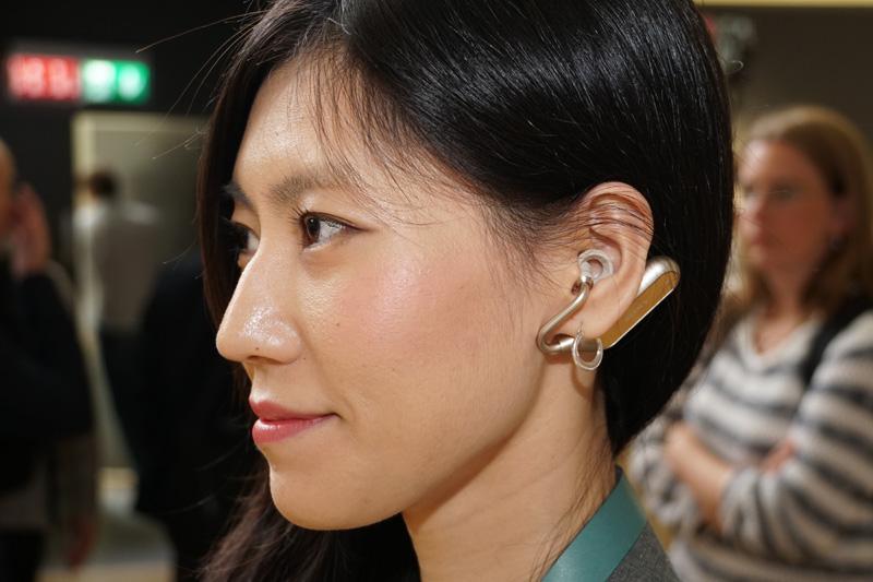 ↑ソニーモバイルが開発中のオープン型完全ワイヤレスイヤホン。音楽を聴きながら周囲の音に注意を向けられる