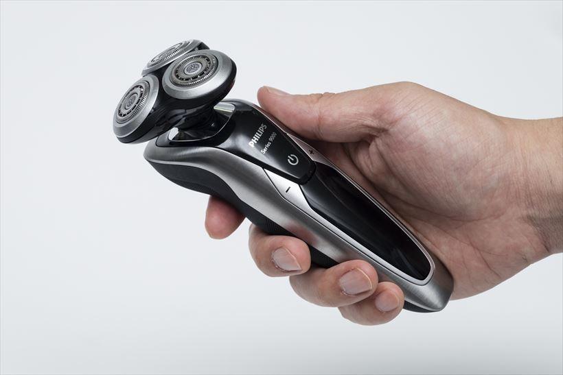 ↑グリップは適度な太さで、本機が手の平にすっぽり収まります。親指と人差し指だけで、ヘッドを自在に操作できます