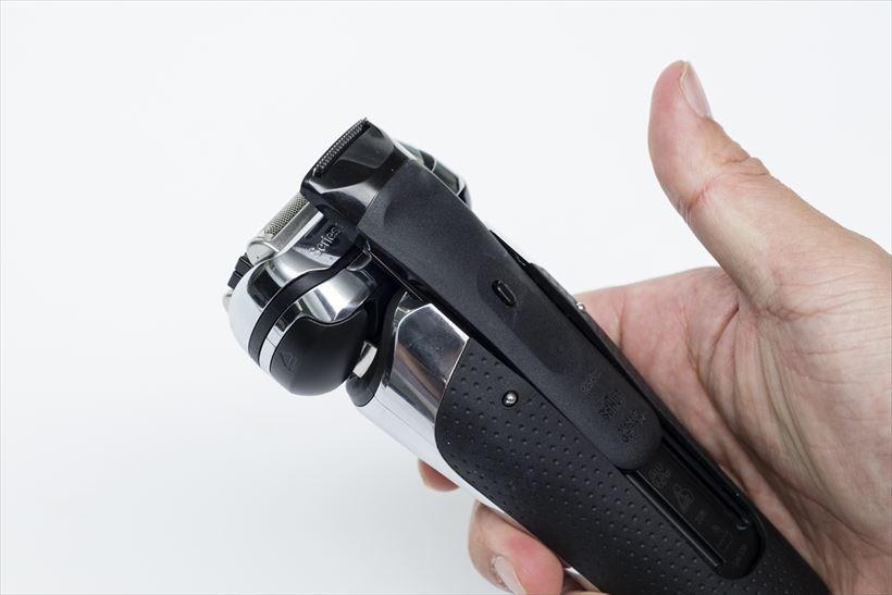 ↑キワ剃り刃リリースボタンを押しながらキワ剃り刃を上部にスライドさせて使います