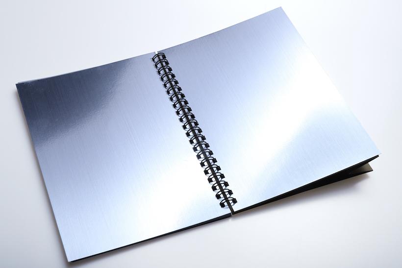 ↑ノートの後ろに銀色のレフ板が見開きで付属している