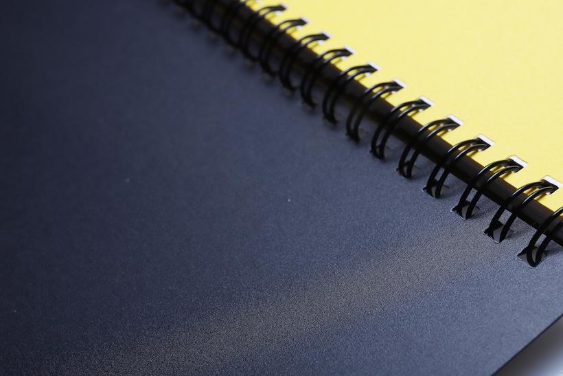↑表紙裏面は何の印刷もない、ただ黒一色のボードとして使える