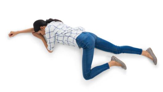 若い女性が倒れています!--その笑撃の理由とは?