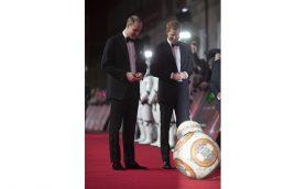 BB-8がウィリアム王子とヘンリー王子をお出迎え!『スター・ウォーズ/最後のジェダイ』ロンドンプレミア