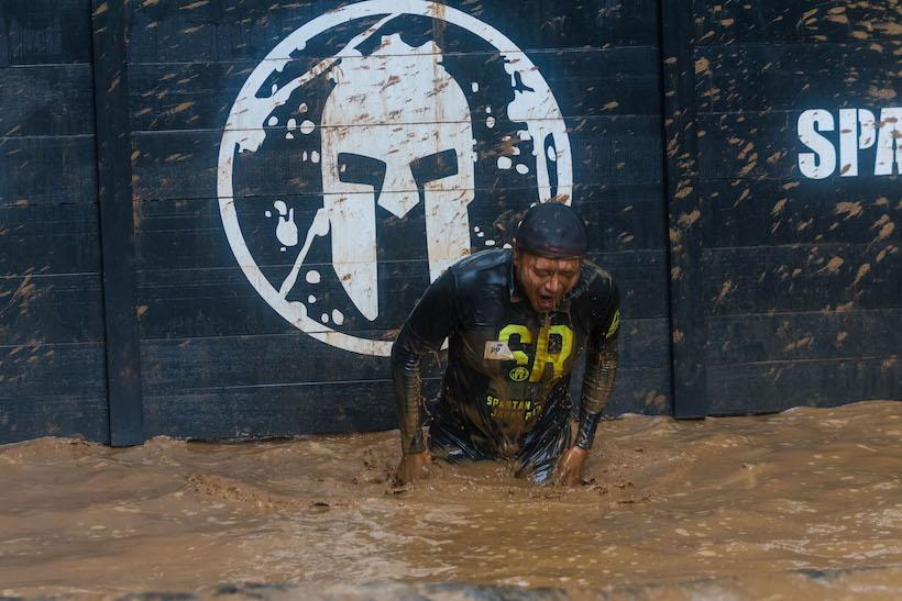 """↑泥水に頭の先までどっぷり浸かるって、なんだか勇気というか、決心がいるというか。これをクリアしてからは、""""汚れ""""は全く気にならなくなった"""