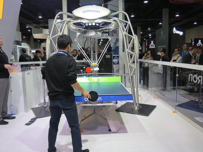↑卓球台の上にあるロボット本体の左右に搭載されたカメラで球の動きを3Dで捉えて、中央のカメラで人の動きを捉えて分析する