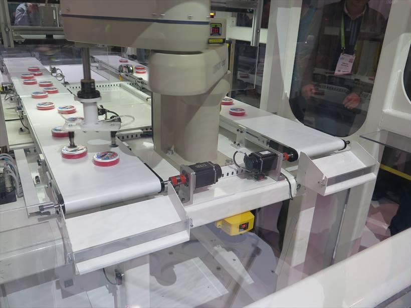 ↑2015年にアメリカの産業用ロボットメーカー・アデプト テクノロジー社を買収したオムロン。これは、ベルトコンベヤーにランダムに流れたきた製品をアームで反対側のベルトに運ぶロボット。こうした工業用ロボットも関心を集めていた
