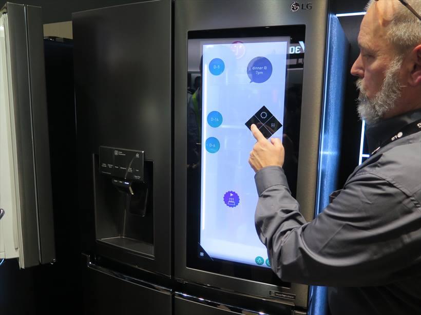 ↑おなじみのディスプレイ付き冷蔵庫は、ディプスプレイから料理の情報を得られたり、家族との連絡にも使える