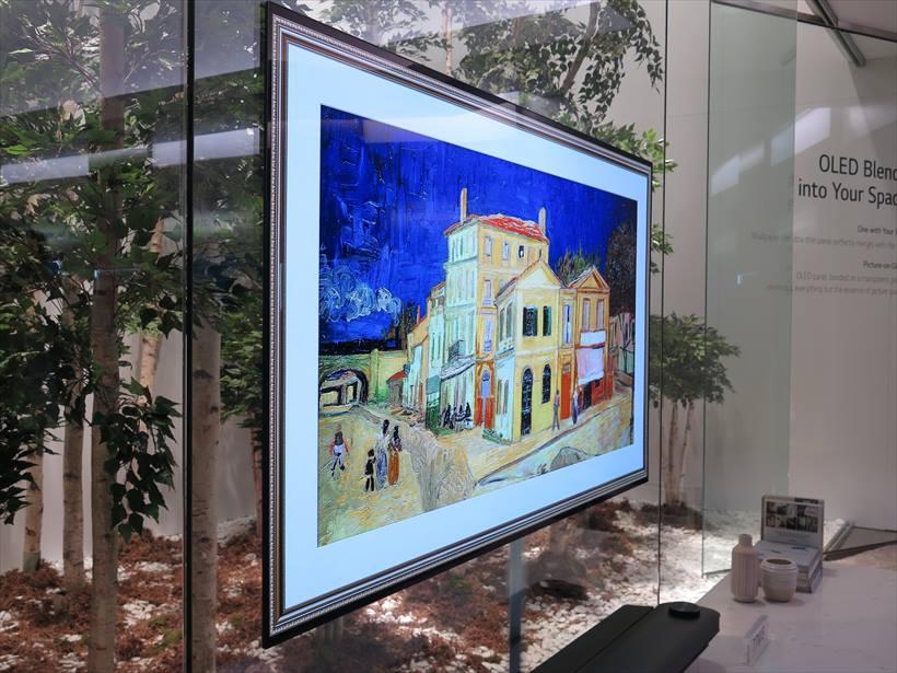 ↑有機ELテレビの最新モデルも発表された。これは77インチの壁掛けタイプ