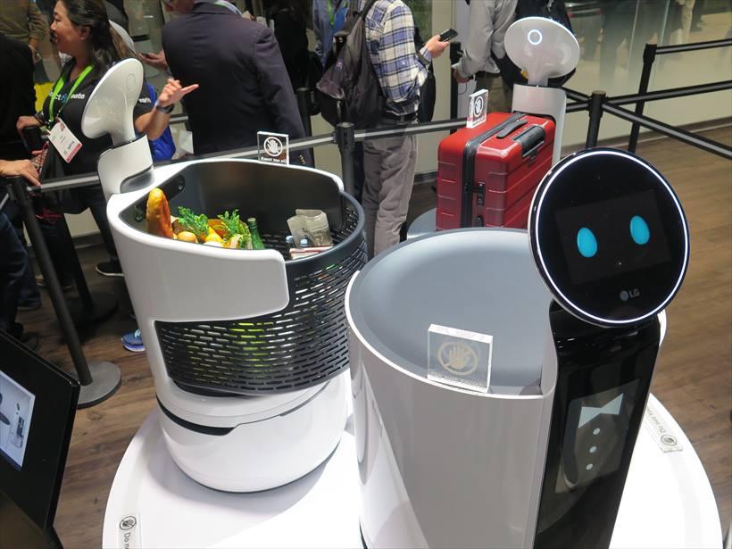 ↑空港などでの導入が見込まれる業務用の運搬ロボットも出展されていた
