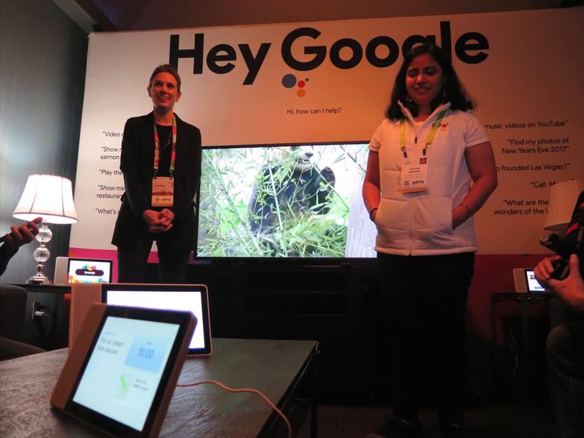 ↑レノボのブースでは、Googleの担当者がLenovo Smart Displayのデモンストレーションを行うコーナーが設けられていた