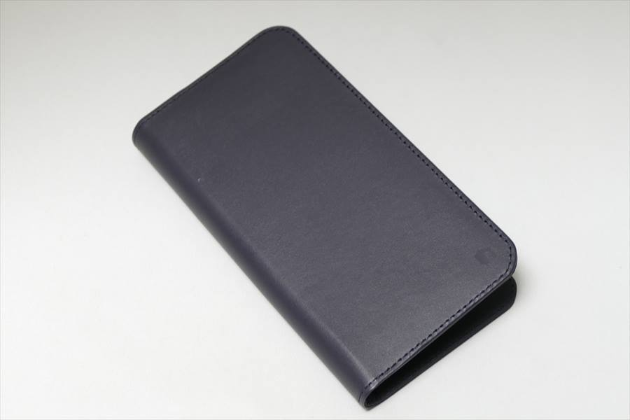 ↑カバー素材には、牛本革を使用。表面の右下端には「INVOL」のロゴマークが控えめに刻印されている