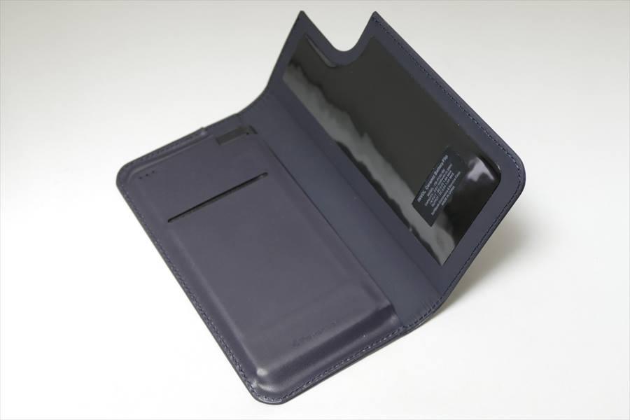 ↑カバーを開いた図。左側にあるカードポケットには、交通系ICカードなどがピッタリ収まる