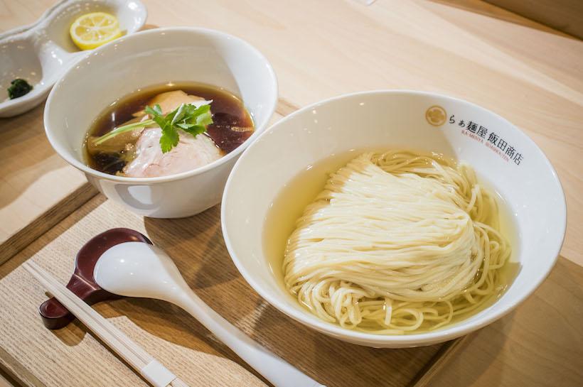 ↑「つけ麺(濃厚昆布鰹水出汁)」1000円。やはり盛り付けからして美しく上品。醤油味のつけ汁が用意される一方、麺を楽しむための工夫がほかにもある
