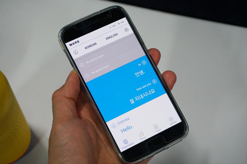 ↑見た目には普通の完全ワイヤレスイヤホンだが、リアルタイム処理ができる外国語翻訳機能を搭載した。アプリには翻訳の履歴が表示される