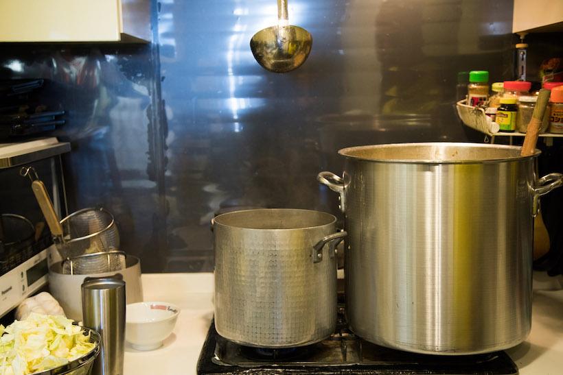 ↑「ラーメンオレ二郎 西新宿店」のキッチンには、大きなスープの寸胴(右)と、麺を茹でるための鍋(左)が。nonchさんはこの日のために、丸2日間かけてスープを仕込んでいた
