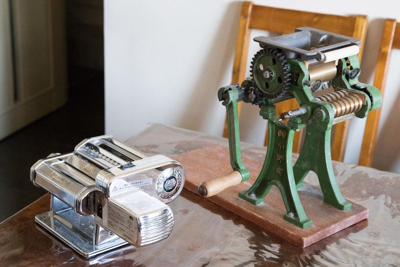 ↑nonchさんはイタリア製と日本製、2種類の製麺機を保有している。今回使ったのは、大量生産するときに使う前者の「ATLAS MOTOR」(左)だ