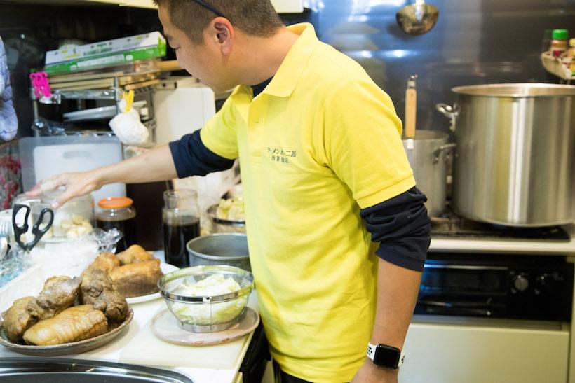 ↑この方がnonchさん。手際よく準備を進めるなか「まずはつまんでよ」と、チャーシューを前菜として出してくれた