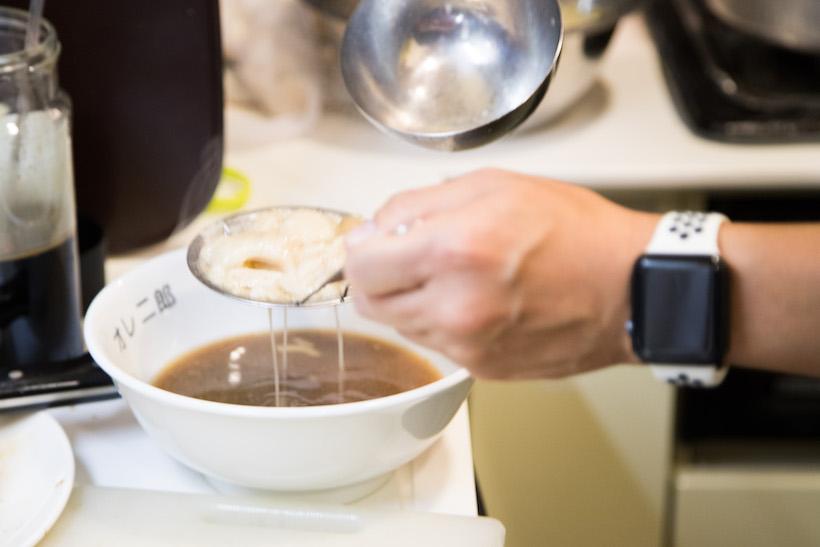 """↑タレとスープを合わせ、いったん背脂は取り除く。この塊が、ジロリアン(ラーメン二郎マニアのこと)の愛する""""アブラ""""である"""