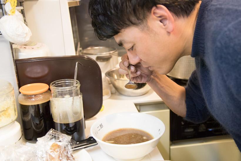 ↑この状態ではどんな味になっているのか、田中さんは興味津々。そして味見をしてにんまり笑顔に