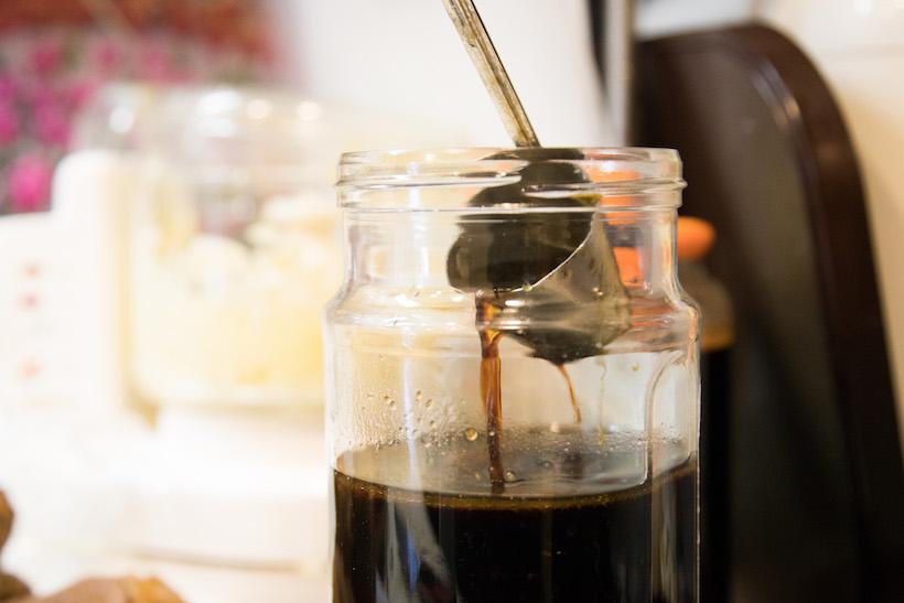 ↑nonchさんは宮醤油店の「特選かずさむらさき」をタレのベースに。煮沸させた本みりんを加え、5対1の割合で調合しているという